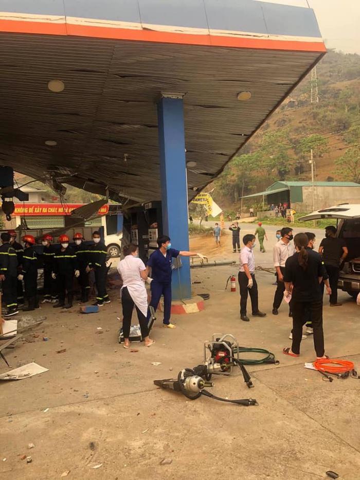 Lai Châu: Ô tô mất lái tông sập cây xăng, 5 người thương vong - Ảnh 3.