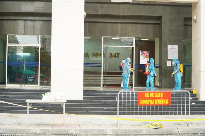 Hà Nội: Dỡ phong tỏa cách ly tòa nhà 34T Hoàng Đạo Thúy sau khi tiến hành phun khử khuẩn - Ảnh 3.