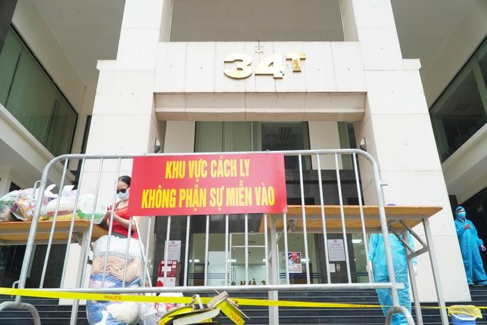 Hà Nội: Dỡ phong tỏa cách ly tòa nhà 34T Hoàng Đạo Thúy sau khi tiến hành phun khử khuẩn - Ảnh 2.
