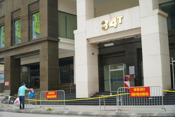 Phong tỏa tòa nhà 34T trên phố Hoàng Đạo Thúy vì có người dương tính với Covid-19 - Ảnh 3.