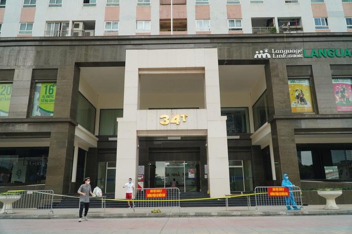 Phong tỏa tòa nhà 34T trên phố Hoàng Đạo Thúy vì có người dương tính với Covid-19 - Ảnh 2.