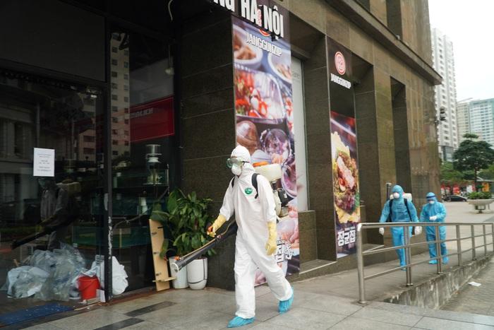 Phong tỏa tòa nhà 34T trên phố Hoàng Đạo Thúy vì có người dương tính với Covid-19 - Ảnh 8.