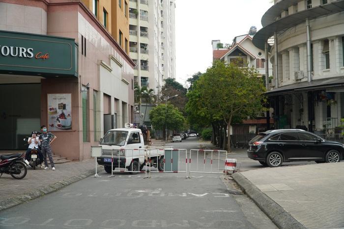 Phong tỏa tòa nhà 34T trên phố Hoàng Đạo Thúy vì có người dương tính với Covid-19 - Ảnh 4.