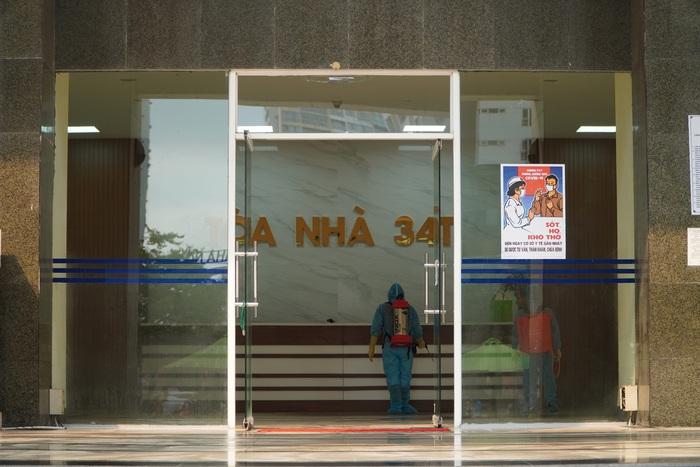 Phong tỏa tòa nhà 34T trên phố Hoàng Đạo Thúy vì có người dương tính với Covid-19 - Ảnh 9.