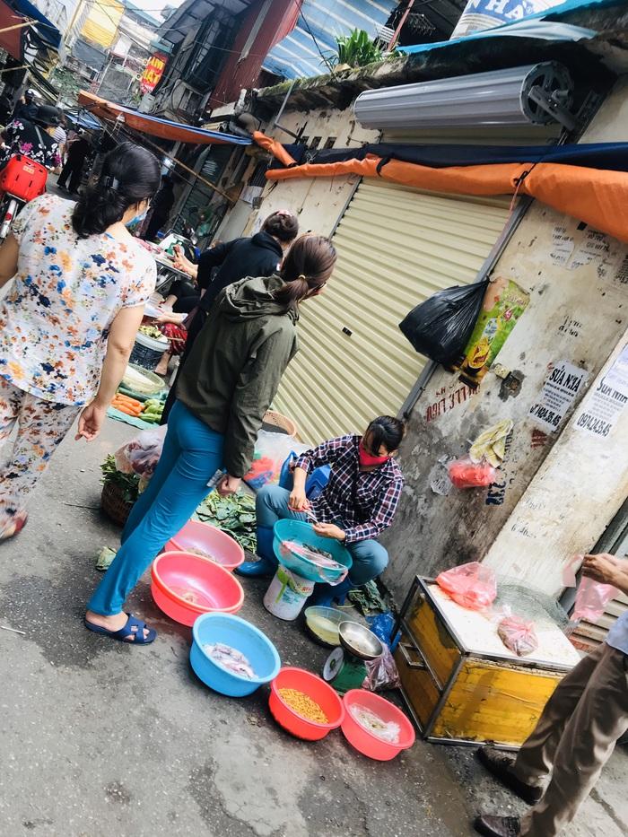 Với người lao động mưu sinh ở chợ Phương Mai, nỗi lo không có tiền lớn hơn nỗi lo nhiễm Covid-19