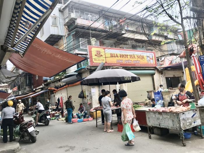 Sáng 29/3, nhiều hàng rau, thịt ở chợ Phương Mai được bày bán trở lại