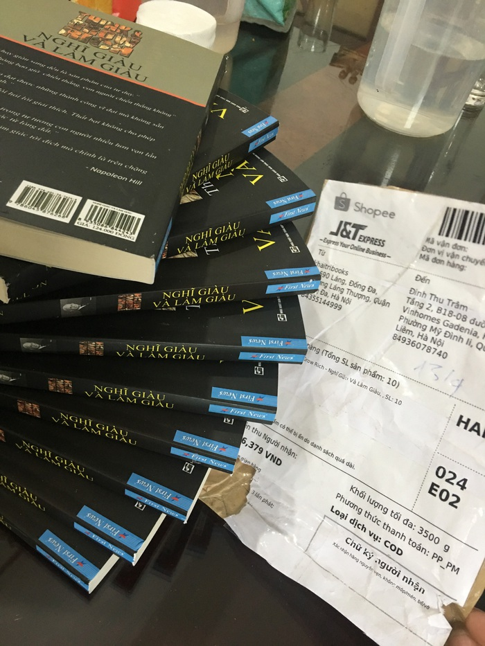 Những cuốn sách lậu in nhái sách của First News do chính đơn vị này mua trên sàn thương mại điện tử Shopee
