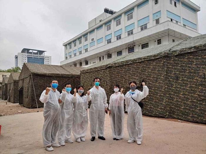Các nhân viên y tế của BV Bạch Mai tại khu BV Dã chiến