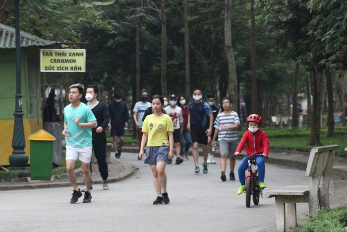 Công viên Cầu Giấy tấp nập, nhiều người tập thể dục không đeo khẩu trang - Ảnh 1.