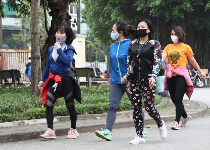 Công viên Cầu Giấy tấp nập, nhiều người tập thể dục không đeo khẩu trang - Ảnh 5.