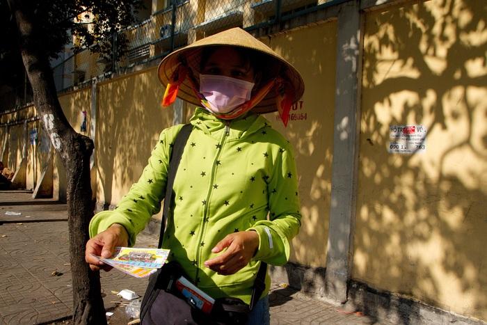 Chị Lành quê ở Hà Tĩnh đang tranh thủ bán những tấm vé số cuối cùng trong ngày để tranh thủ kịp xe về quê trước ngày ngưng phát hành vé số