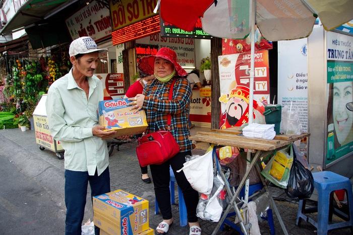 Chị Chi, một đại lý vé số nhỏ nhưng vẫn dành sự sẻ chia, an ủi của mình cho những người bán vé số dạo