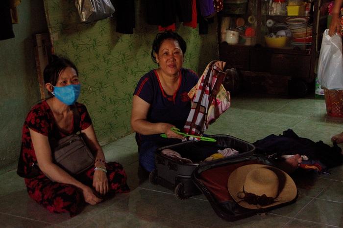một vài chị bán vé số trong phòng trò của chị Nghi cũng đang thu xếp đồ đạc chuẩn bị về quê vì không thể trụ lại Sài Gòn khi ngưng công việc bán vé số