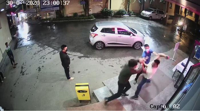 """Nhân viên an ninh BV bị người nhà đánh """"te tua"""" khi nhắc đeo khẩu trang - Ảnh 1."""