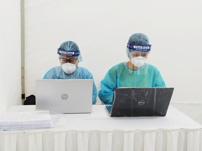 Hàng trăm người xếp hàng chờ test Covid-19 có kết quả trong 10 phút ở Hà Nội - Ảnh 7.