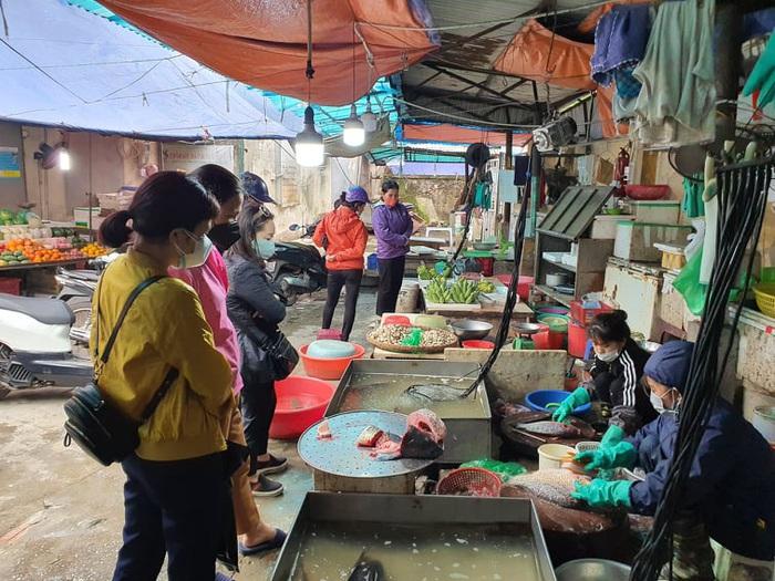 Hà Nội: Người dân vây kín chợ, siêu thị sau thông báo cách ly toàn xã hội  - Ảnh 2.