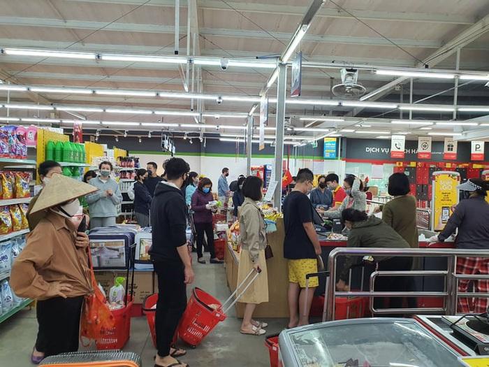 Hà Nội: Người dân vây kín chợ, siêu thị sau thông báo cách ly toàn xã hội  - Ảnh 7.