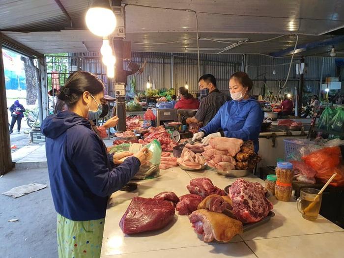 Hà Nội: Người dân vây kín chợ, siêu thị sau thông báo cách ly toàn xã hội  - Ảnh 4.