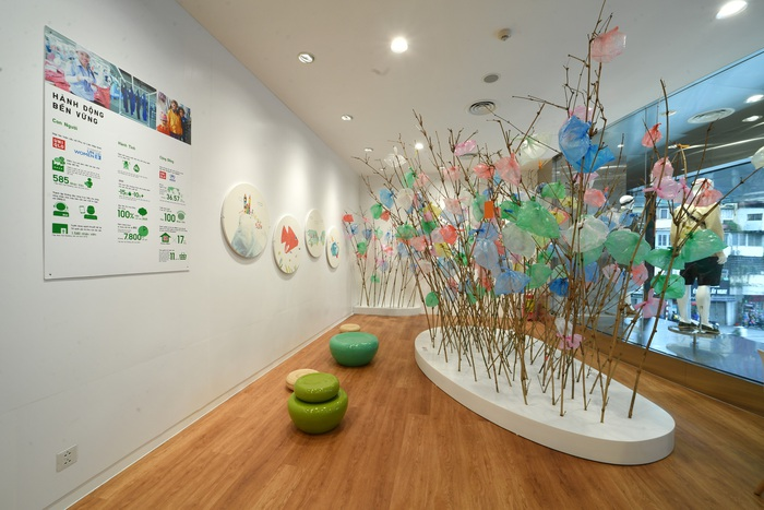"""và khu """"vườn"""" được tạo nên từ các nguyên vật liệu nhựa đã qua sử dụng nhằm nâng cao nhận thức của xã hội về sự phát triển bền vững."""
