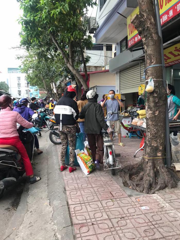 Chợ, siêu thị Hà Nội chật cứng người vì Covid-19 - Ảnh 4.