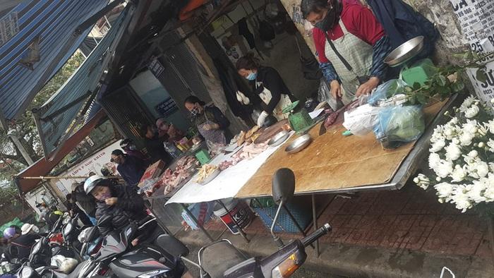 Chợ, siêu thị Hà Nội chật cứng người vì Covid-19 - Ảnh 1.