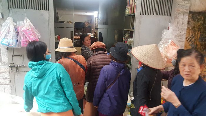 Chợ, siêu thị Hà Nội chật cứng người vì Covid-19 - Ảnh 2.