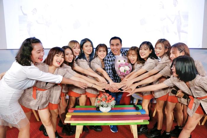Quyền Linh bất ngờ khi 10 cô con gái nuôi đến thăm, 'tiếp sức' bằng đồ ăn - Ảnh 1.
