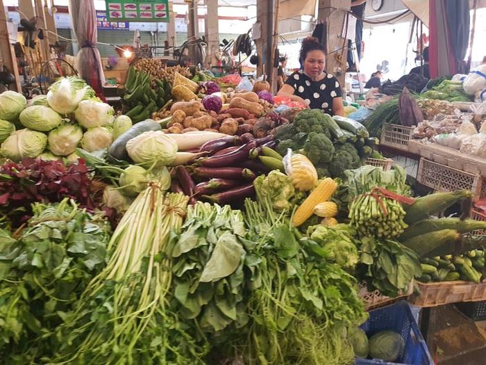 Chợ, siêu thị đầy ắp hàng hóa, thiếu bóng người mua - Ảnh 3.