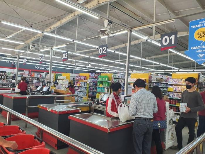 Chợ, siêu thị đầy ắp hàng hóa, thiếu bóng người mua - Ảnh 10.