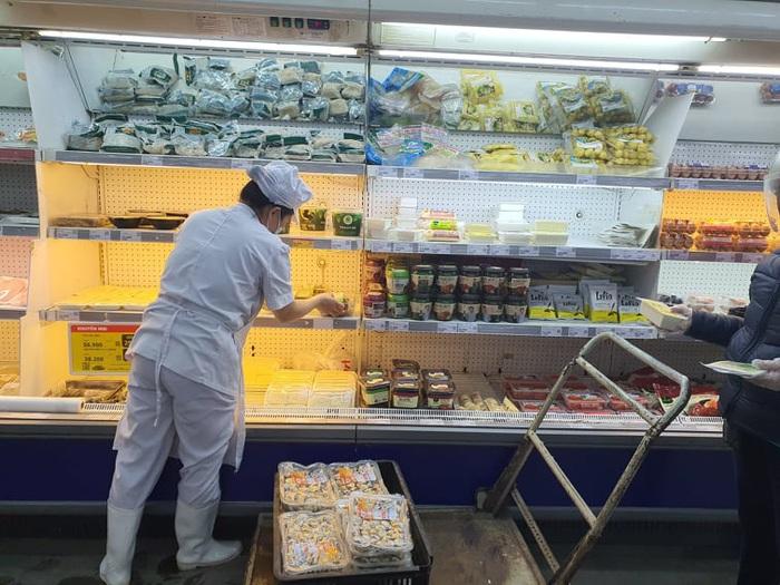 Chợ, siêu thị đầy ắp hàng hóa, thiếu bóng người mua - Ảnh 11.