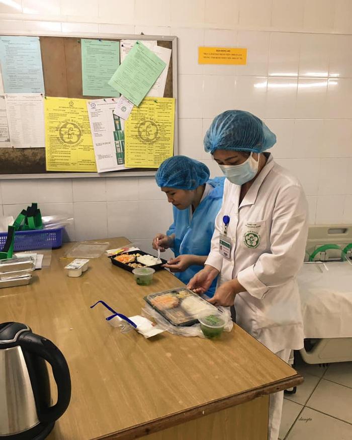 Bữa cơm của các y bác sĩ BV Bạch Mai