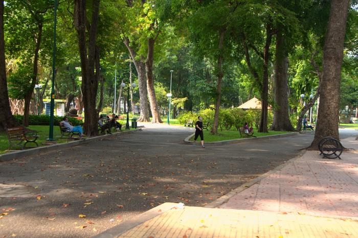 Công viên Tao Đàn vào sáng 10-4