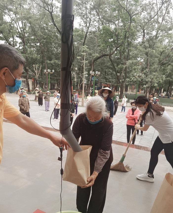 Cây ATM gạo miễn phí đầu tiên tại Hà Nội chia sẻ khó khăn trong mùa dịch Covid-19.  - Ảnh 3.