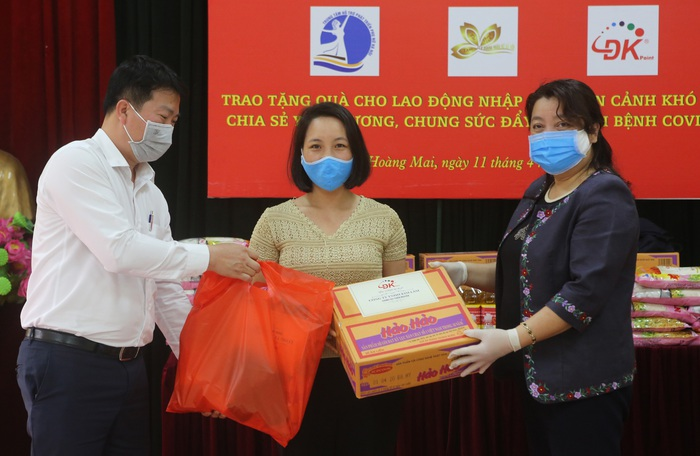 Hội LHPN Hà Nội trao 170 suất quà hỗ trợ lao động di cư mùa covid-19 - Ảnh 1.