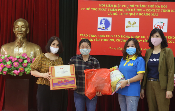 Hội LHPN Hà Nội trao 170 suất quà hỗ trợ lao động di cư mùa covid-19 - Ảnh 2.