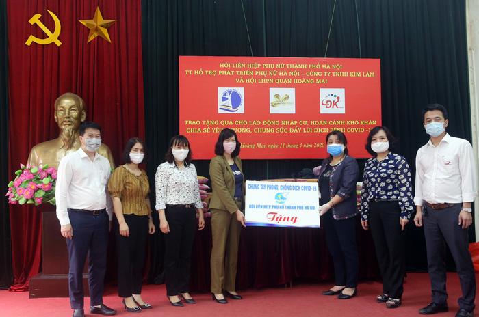 Hội LHPN Hà Nội trao 170 suất quà hỗ trợ lao động di cư mùa covid-19 - Ảnh 3.