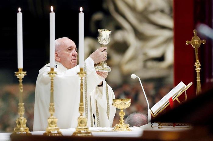 Giáo hoàng Francis thắp nến trong lễ Phục sinh