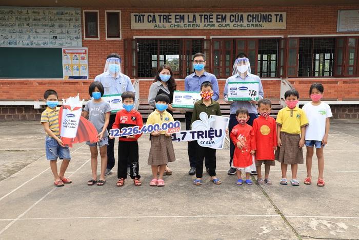 Các em nhỏ Làng trẻ em SOS Thành phố Vinh rất hào hứng khi được các cô chú nhà máy sữa Nghệ An đến thăm và tặng sữa