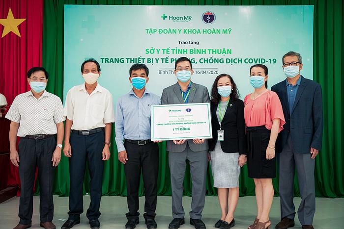 Tập đoàn Y khoa Hoàn Mỹ tài trợ trang thiết bị y tế trị giá 1 tỷ đồng cho Bình Thuận - Ảnh 1.