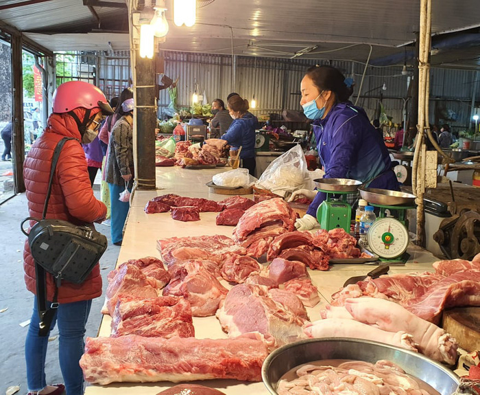 Lợn hơi giảm về mức 70.000 đồng/kg, giá thịt bán lẻ vẫn cao ngất ngưởng - Ảnh 4.