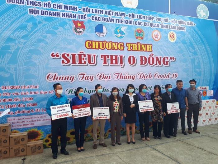 """Lâm Đồng: Nhiều nữ lao động thời vụ ở các nhà vườn giảm bớt gánh lo nhờ """"siêu thị 0 đồng"""" - Ảnh 1."""