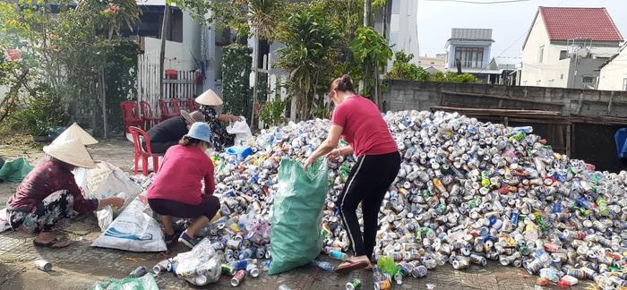 """(anh Phú) Phụ nữ Hội An: """"Biến rác thành tiền"""" - Ảnh 1."""