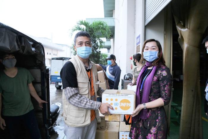 Đại diện của Quỹ Dân số Liên hợp quốc trao hàng hỗ trợ đến các đơn vị
