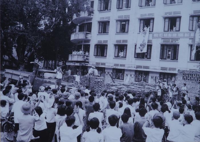 [Ảnh] Những hình ảnh xúc động về phụ nữ Việt Nam trong những ngày giải phóng miền Nam - Ảnh 9.