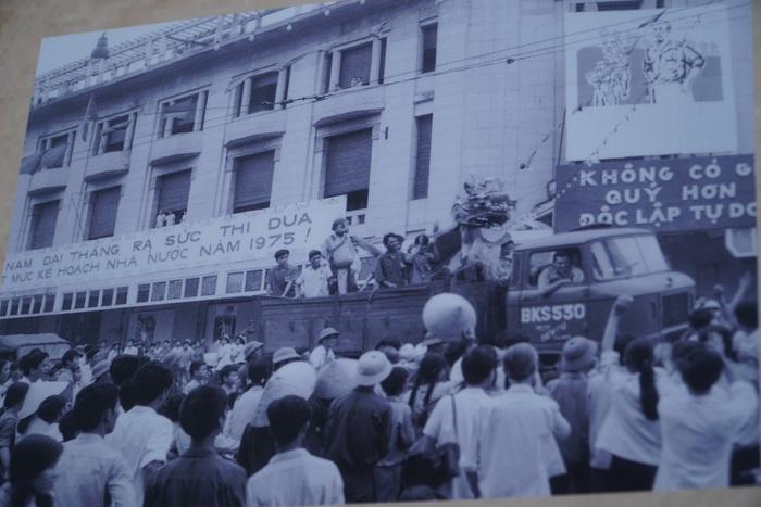 [Ảnh] Những hình ảnh xúc động về phụ nữ Việt Nam trong những ngày giải phóng miền Nam - Ảnh 10.