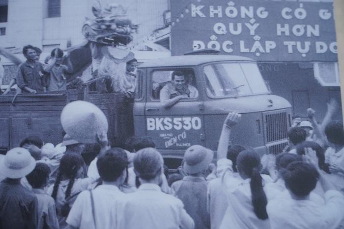 [Ảnh] Những hình ảnh xúc động về phụ nữ Việt Nam trong những ngày giải phóng miền Nam - Ảnh 11.