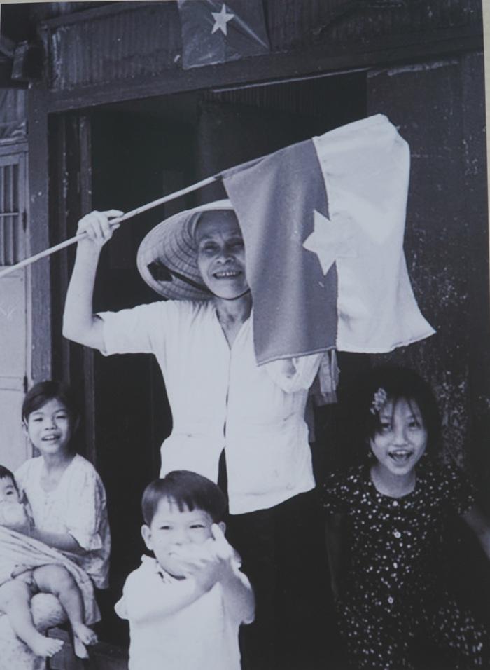 [Ảnh] Những hình ảnh xúc động về phụ nữ Việt Nam trong những ngày giải phóng miền Nam - Ảnh 7.