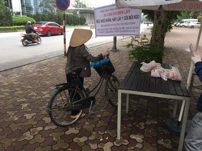 Tặng thực phẩm cho người nghèo đô thị - Ảnh 2.