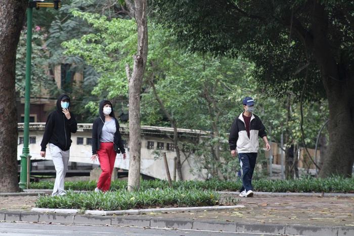 Người dân vượt tường vào công viên tập thể dục bất chấp lệnh cấm - Ảnh 7.