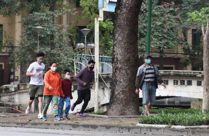 Người dân vượt tường vào công viên tập thể dục bất chấp lệnh cấm - Ảnh 6.